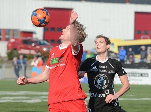 Petter Senstad og Simen Engelien i duell for FK Toten og Kolbu/KK. Nå har begge byttet klubb, men møtes igjen i 3. divisjon kommende sesong.