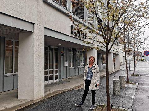 INVESTERINGSMULIGHET: Investeringsrådgiver Irene Vanndal i Njord Kapitalforvaltning tilbyr finansiell plassering i politihuset på Gjøvik (bildet) og Lillehammer.