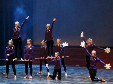 Heder: Store deler av ensemblet i aksjon på scenen lørdag kveld. ALLE FOTO: STIG PERSSON
