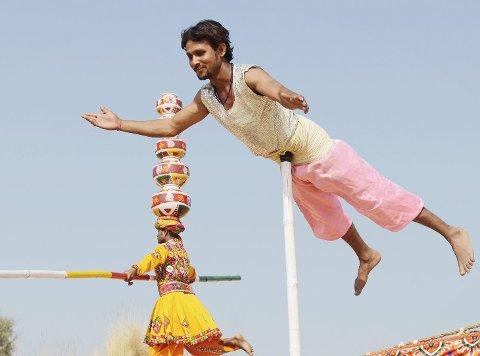 Helikopter: De indiske artistene har mye å by på. begge FOTO: CIRCUS RAJ