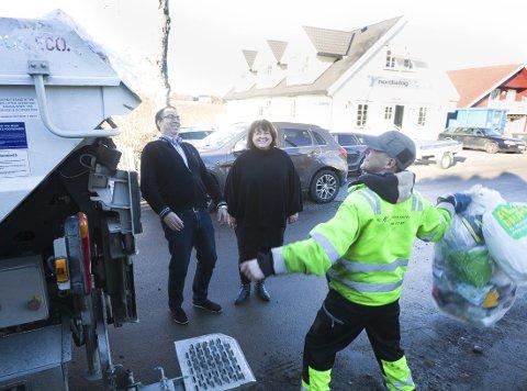 Fornøyd: Daglig leder Runar Jacobsen og kommunikasjonssjef Pia Kathrine Løseth i Follo Ren, er godt fornøyd med hvordan innbyggerne i Follo rengjør plastemballasjen, før den sendes til gjenvinning. FOTO: Bjørn V. Sandness