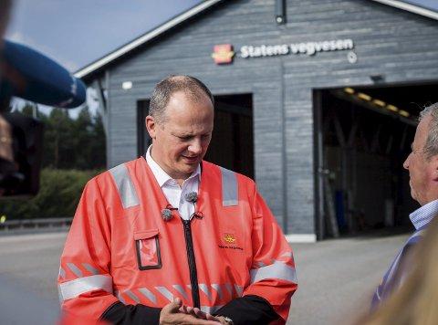 DIALOG: Samferdselsminister Ketil Solvik-Olsen (FRP) (til venstre) i samtale med Erik Wolff, som er ansvarlig for utekontrollen i Statens vegvesen region øst.