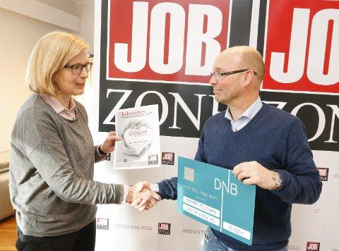 OVERREKKELSE: Ann-Mari Mellegård fikk Veldedighetsprisen 2017 av Jobzone Follo og Moss for sin mangeårige innsats for mental helse. Daglig leder og partner Morten Johan Melby i Jobzone i Ski.