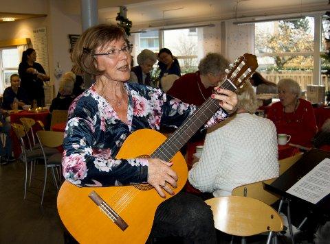 I MILJØET: Evy Ernsteen i sangaktivitet blant beboere og pårørende på Solborg bo- og aktiviseringssenter.