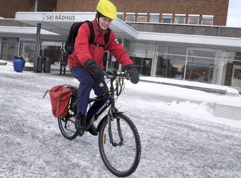1 På farten: Ola Øygard sykler i all slags vær og frykter verken is eller snø. To sykkelvesker og sekk gjør at han får med seg alt han vil.
