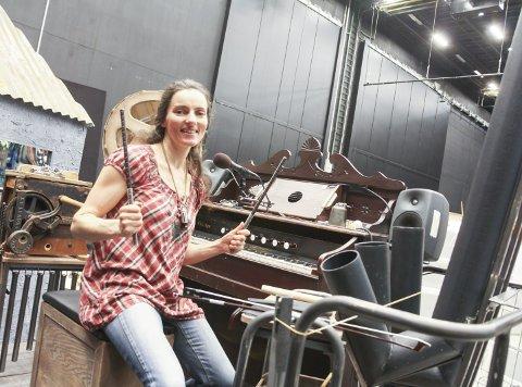 Briljerer: Maja Ratkje briljerer som både komponist og utøvende musiker i oppsetningen av Sult i Operaen om dagen. Jo Strømgren har koreografien i danseteateret, og Ratkje har satt musikk til stykket. Hun trakterer en rekke eiendommelige instrumenter underveis, blant annet spiller hun med armeringsjernet hun holder på detet bildet. Se video for mer!