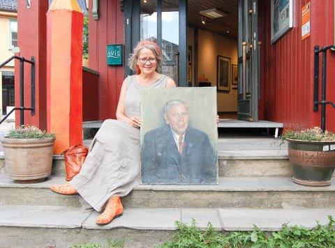 TONE OG GRANDONKELEN: Tone Holte med et portrett  av onkel Birger, en av Norges mest bereiste menn i sin sin. Han etterlot seg et skattkammer med klenodier fra fremmede land på loftet hjemme hos familien Holte på Greverud i Nordre Follo.