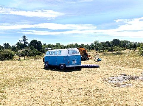Skal man telte er det lurt å sette seg inn i reglene. Dette bildet er fra Togersøya hvor det faktisk er en teltplass. Og hvis du lurer, det er et telt og ikke en bil som står nærmest i bildet.
