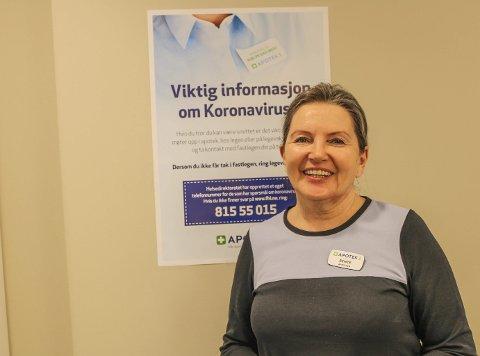 HAR GODE RUTINER: – Det er opp til hver enkelt å ta ansvar for å begrense smittefaren, sier apoteker Bente Kolstad Berge hos Apotek 1 Nøtterøy.
