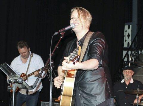 Pernille S. Hansen sang og spilte gitar sammen med deler av lørdagens husband.