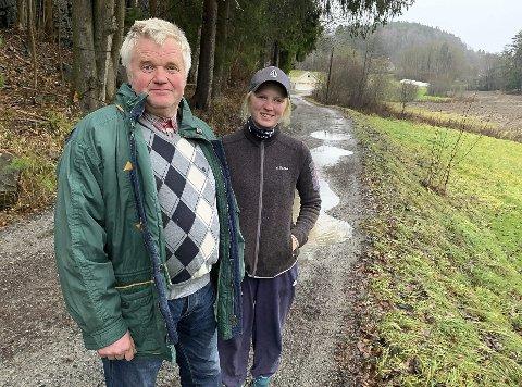 Lettelse og glede: Svein Jonassen og odelsjenta Kathrine Jonassen er godt fornøyd med de nye løsningene for E18. De tror det vil sikre gårdsdrifta på Rød gård. De mener de kan leve med at noe av jordene øverst på bildet vil gå med til den nye lokalveien.
