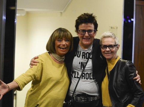 Suksess: Ellinor Grinilia, Nina Aanesen Arctander og Kirsten Lassen er strålende fornøyd med årets kabaret. Damekoret har spilt for seks fulle hus. Mer enn 1400 publikummere har sittet i salen i Sentrumsgården.