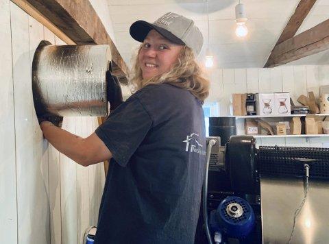 Stortrives: Janne Solheim Moen (23) stortrives i jobben som «pipedoktor». Siden 2017 har hun jobbet i Norsk Piperehabiltering, og hun mener jobben passer utmerket for kvinner, selv om det ikke er så mange kvinner som velger en slik jobb.