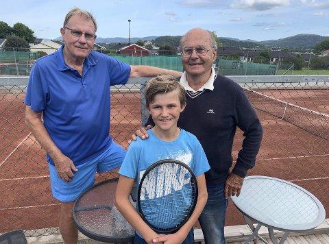 Annerledes tennis: Jesper Fry fikk en annerledes tennisopplevelse hos Porsgrunn Tennisklubb enn hva han er vant med fra Dubai, hvor han er bosatt med familien. Her med morfar James Jacobsen og veteranmester Kjell Skau.