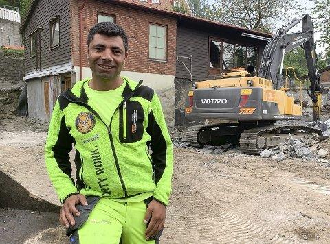Drømmejobben: Omar Dalil fra Syria har fått drømmejobben som forskalingssnekker hos Telemark Entreprenørservice. Istedenfor et langt utdanningsløp for å bli mekaniker, får han brukt kompetansen fra hjemlandet og lønn hele tida til han får norsk fagbrev.