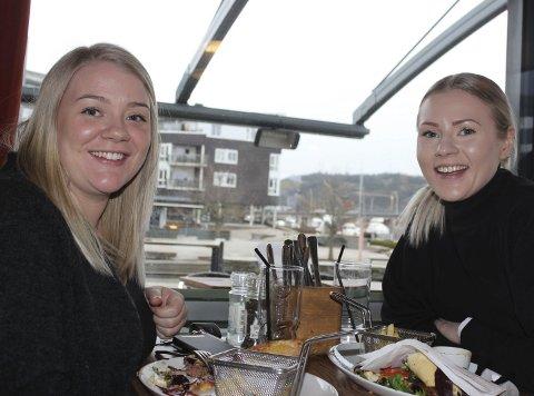 SPISTE UTE: Søstrene Maline Gulbrandsen og Marie Svarstad benyttet anledningen til å spise lunsj ute i Porsgrunn.