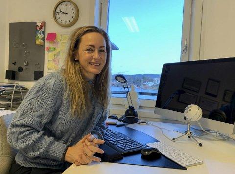 KONTOR I STORGATA: Mariann Deila har siden nyttår vært på plass i det lyse og trivelige kontoret i tredje etasje i Storgata 148. Den gode utsikten fra kontorvinduet er noe hun setter pris på.