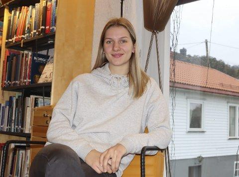 KLARER IKKE Å HOLDE SEG BORTE: Ikke engang hestene på stallen klarer å holde Maren Garstad borte fra håndballen. 23-åringen fra Sundby er en av få spillere over 20 år hos Pors denne sesongen.
