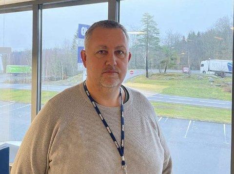 BEKYMRINGSMELDING: nestleder Thor Eystein Norby i Urædd håndball har sendt bekymringsmelding om gulvet i Porsgrunn Arena til kommunen. Spillerne i klubben klager på vondt i beina når de trener og spiller kamper i den nye hallen.