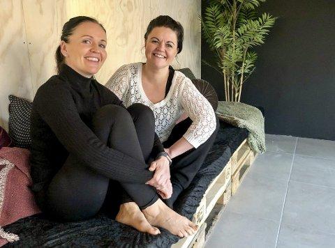 MARKED: Søndag 6. desember innreder Ida Edland og Henriette Moe Kristensen yogasenteret på en litt alternativ måte.