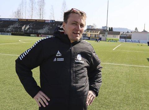 Fotballen er vinneren: Pors-leder Gert Willumsen synes det er veldig bra at det nå er flere klubber som satser ressurser, både menneskelige og økonomiske, på spillerutvikling i egen klubb.