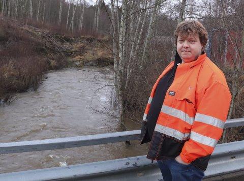 Må følge med langs lilleelva: Thomas Nøklegård på Aaltvedt bru over Lilleelva. Kommunens avdeling for kommunalteknikk har jevnlig befaringer langs hele elva for å sjekke de utfordrende grunnforholdene. Det går stadig ras langs hele elva.