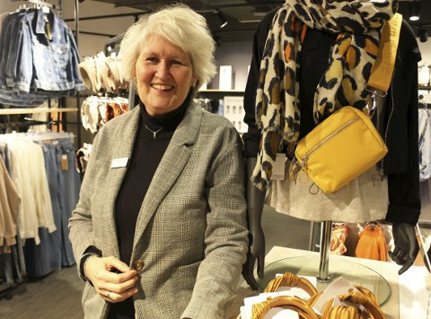 I BUTIKK: Fra 1. januar 2020 er Merethe Reime assisterende butikksjef ved Lindex Brotorvet etter å ha vært ansatt i klesbutikken i et halvt år. Merethe stortrives i ny butikkjobb og å jobbe på Brotorvet. I desember 2018 meldte hun og sønnen oppbud av dagligvarebutikken i Langesund.
