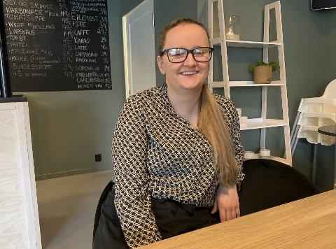 BARE GØY: Malin Hansen angrer ikke et sekund på at hun valgte å si opp jobben i butikken på Brotorvet og begynne som daglig leder av Banken Café på Heistad. Hun synes det er gøy på jobb hver eneste dag.