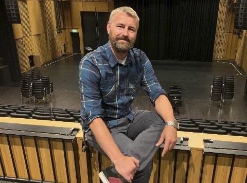 LIKEVEL MYE Å GJØRE: Kulturhussjef Erik Friesl forteller at han og de ansatte på Ælvespeilet har nok å gjøre selv om huset er stengt.  – Jeg gleder meg sinnssykt mye til vi kan åpne dørene igjen og inviterer publikum til et stappfullt kulturhus, sier han.