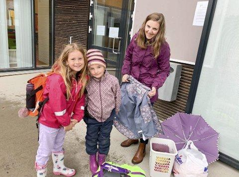 Gledet seg veldig til å begynne: Madelen Løvli, Lykke Sundby og Silje Sundby før skole- og SFO-start mandag.  - Vi gleder oss veldig, var jentenes klare melding da de stilte seg sammen med gruppa si utenfor SFO.