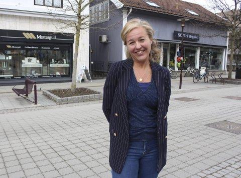 Hendene fulle: Stine Ellingsberg i Porsgrunn Min By er i daglig kontakt med næringslivet og kommunen. Hun håper krisen vil være en vekker for folk, og at flere velger å handle lokalet i framtiden.