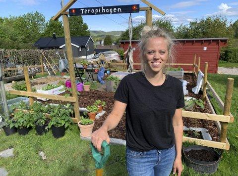 «TERAPIHAGEN»: Hilde Lund Daapan forteller at hun slapper av og legger bort stress når hun går inn gjennom portalen til «Terapihagen» sin. Nå håper hun flere vil følge etter og dyrke fram sine egne hobbyhager.