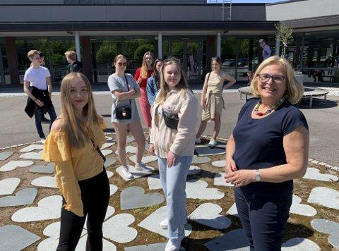 SISTE KULL: Elisabeth Fossum, Amanda Karlsen og fagkoordinator Inger Hobæk tok farvel under en koronavennlig avslutning på Porsgrunn videregående torsdag.
