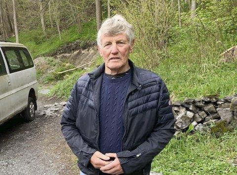 RISTER PÅ HODET: Leder Jan Hovinbøle i Herøya Fellesforum rister på hodet av det enstemmige vedtaket for å bygge anleggsvei, massedeponi og utskipningskai i Versvika. Han kaller vedtaket for «høl i hue».