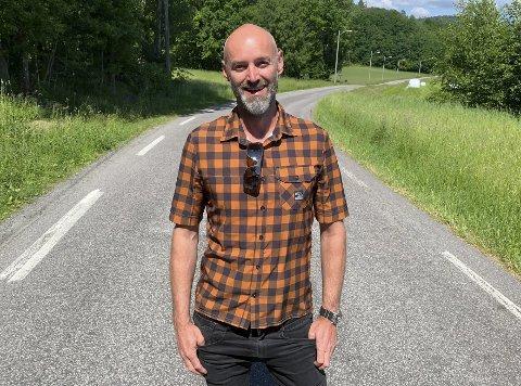 – FÅ NED FARTEN: Geir Nordheim i Veigruppa i Bergsbygda sier at fylkesveien er for smal og at fartsgrensa forbi Brønnstadbukta er altfor høy til at det er trygt å parkere i veikanten.