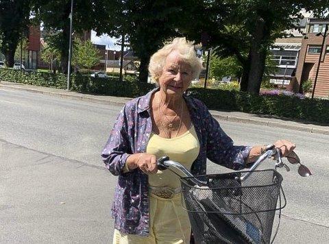Livredd: Eva Nilsen (86) vet hva det vil si å gå på hodet med sykkel. Hun er livredd for å kjøre i den nedre delen av Storgata etter oppgraderingen. Hun håper de som bestemmer lærer av feilene de gjør, og at de ordner opp.