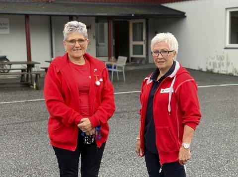 FØRST UT: Mai Gundersen (t.v.) og Britt Lia i Porsgrunn Røde Kors håper mange ønsker å være frivillig i ny våketjeneste i Porsgrunn. – Dette er det første av sitt slag her i Telemark. Det må det være lov å være stolte av, sier Gundersen.