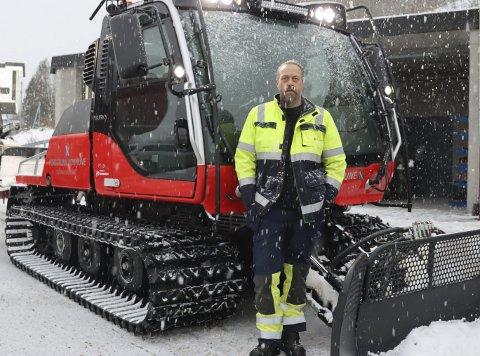 STORSATSING: Sigurd Lund Sigurdsen med kommunens nye løypemaskin. Kommunen har investert 2,5 millioner i den nye maskinen, for å sikre at skientusiastene i kommunen har gode forhold i nærmiljøet.
