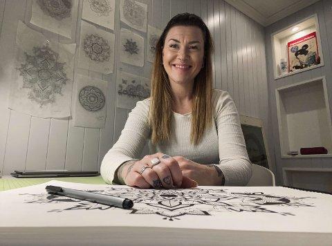 KUNSTNER: Cindy Langkaas jobber til daglig som salgskonsulent ved Filmsenteret Charlie. Nå som hun omsider har fått pusset opp et arbeidsværelse hjemme på Vestsida, blir det lettere å fortsette med tegningen på fritida.