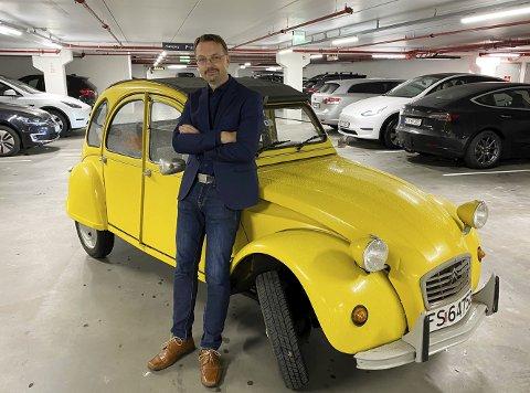 FAN: Lars Christensen har i snart 20 år kjørt rundt i den knallgule 2CV-en, kjent fra James Bond-filmen «Kun for dine øyne» (1981) med Roger Moore.