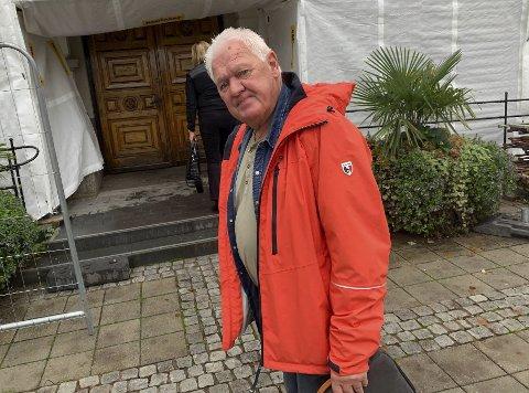 På vei inn: Gunnar West Sørlie møtte opp på rådhuset fredag ettermiddag. Han sier til PD at han stiller på bystyremøtene fordi han er folkevalgt, ikke for å lage kvalm.