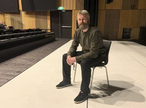 KJEDELIGE DAGER: Kulturhussjef Erik Friesl og de andre på Ælvespeilet synes det er lite motiverende å få planlagte konserter og forestillinger avlyst og utsatt gang etter gang.