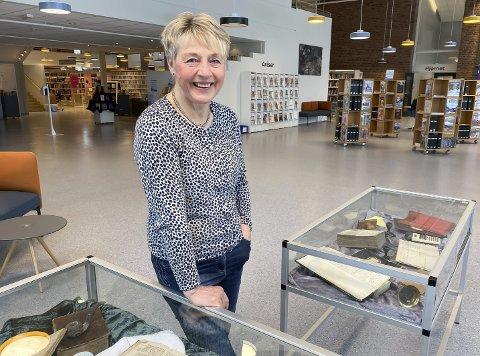 VETERAN: Astrid Aase Thorstensen (65) har jobbet ved Porsgrunn bibliotek i snart 40 år. Til sommeren går hun av med pensjon, og kan se tilbake på et innholdsrikt arbeidsliv. Det blir ingen jubileumsfeiring foreløpig, men de har tørket støv av noen av biblotekets aller første bøker.