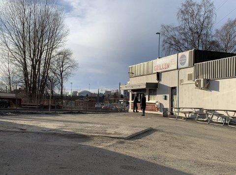 FJERNET: Drivstofftankene og pumpene fra Tanken AS utenfor Herøyagrillen og treningssenteret iForm ble fjernet ved månedsskiftet januar/februar. Driverne av stasjonen bekrefter at de har gitt opp drifta, og at den ikke vil komme tilbake.