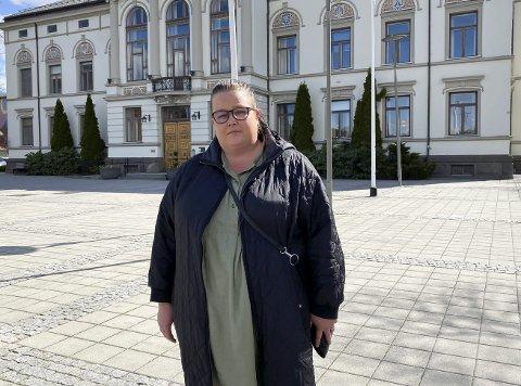 FORBANNA: Mari Larsen fra Skrapeklev føler at foreldre og barn ikke blir hørt i skolesaken. Hun stiller savner mer klarhet. – De sier de vil spare penger, men jeg syns ikke det skal gå på bekostning av barna våre.