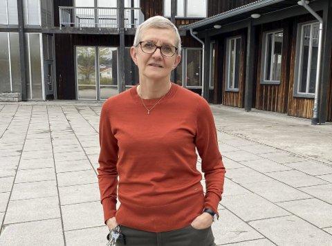 STÅR I DET: Vestsiden-rektor Tone Smemo Stølen roser de ansatte som hver dag står på i en krevende situasjon. Den siste tiden har smittesporerne ringt henne daglig til seint på kveld, for å opplyse om nye karantener og nærkontakter ved skolen.