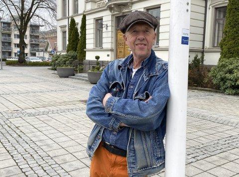 GLEDER SEG: Lars Vik ser fram til å vende tilbake dit det hele starta. Han har skrevet en juleforestilling for Porsgrunn Amatørteater i anledning deres 50-årsjubileum. – Det var nesten umulig å takke nei da de spurte.