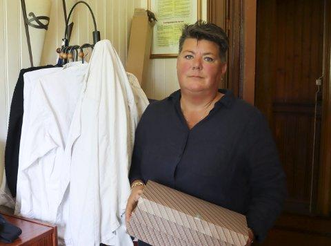 PAKKET NED: Anette Sivertsen hadde sin siste dag som faglærer på restaurant og matfag ved Croftholmen onsdag. Det siste kullet var på vei ut døra. Hun synes det er veldig trist, både for egen del og for faget sin del.