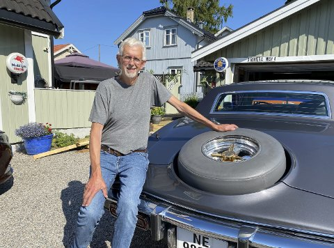 ENTUSIAST: Bjørn Granheim (68) har vært veteranbilfrelst i over 40 år. Nå eier han seks av dem. – Nå er det slutt, nå blir det ikke flere. Jeg har for mange, og de skal bli kjørt også, veit du, smiler han.