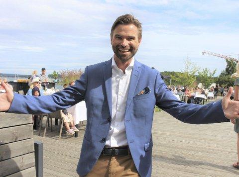 FULL JUBEL: Hotelldirektør Paul Wegar Dørdal, ansatte og gjester kunne ikke bedt om en bedre sommer. – Etter den tida som har vært har dette gitt oss masse påfyll av energi, stråler Dørdal til PD.